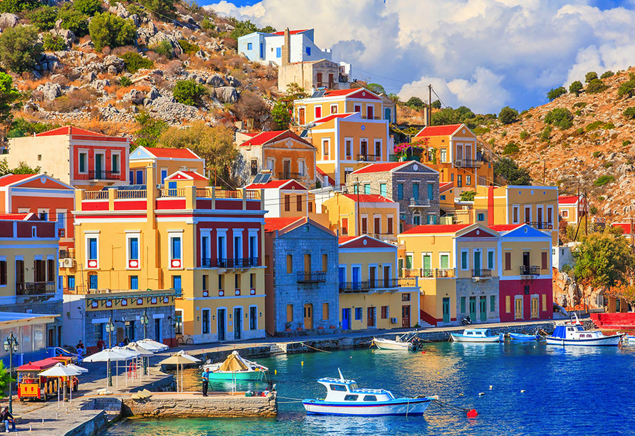 Bunte Häuser im Hafen von Symi.