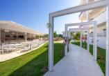 Der schöne Außenbereich des Hotel Stamos in Faliraki lädt zum Verweilen ein.