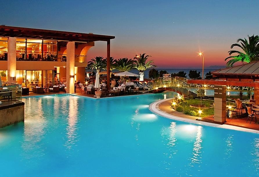 Das Hotel Oceanis in den Abendstunden.
