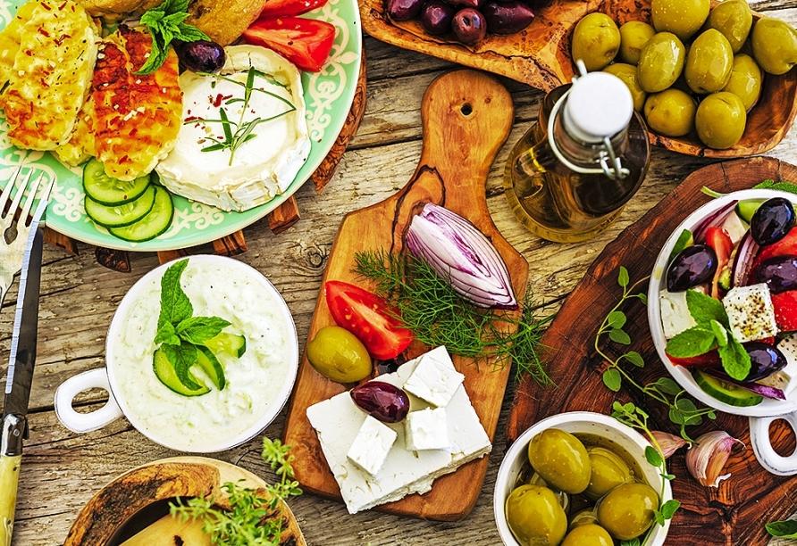 Kosten Sie vom leckeren griechischen Essen.