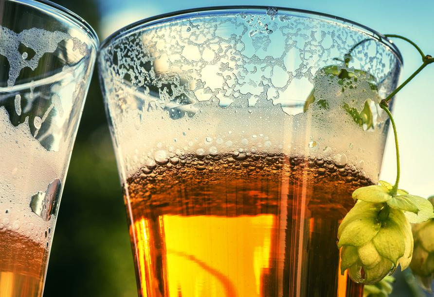Zwei Gläser mit kaltem Bier.