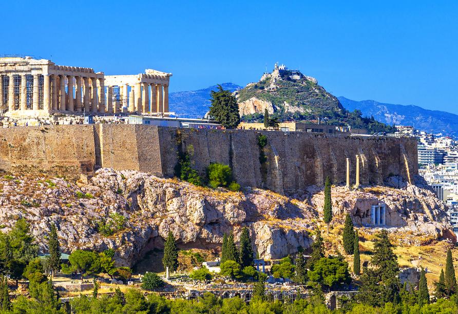 Hoch über Athen thront die Tempelanlage Akropolis.