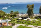 Blick auf die Gartenanlage des Golden Coast Hotel & Bungalows