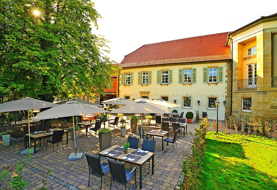 Bei schönem Wetter genießen Sie kulinarische Gaumenfreuden unter alten Kastanien.