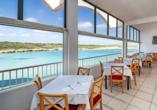 Mit Blick auf die Bucht von Son Parc und das Mittelmeer lässt es sich im Restaurant des Beach Club Aparthotels wunderbar schlemmen.