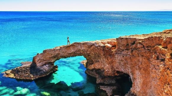 In Zypern erwarten Sie einzigartige Felsformationen und ein glasklares Meer.