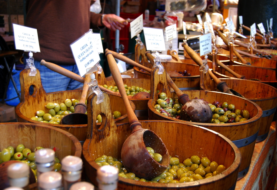 Auf den kleinen Märkten finden Sie allerhand Köstlichkeiten wie würzige griechische Oliven.