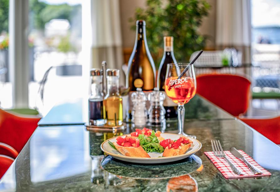 Genießen Sie zu hausgemachtem Bruschetta ein leckeres Glas Aperol Spritz.