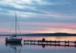 Sonnenuntergang und Steg am See.