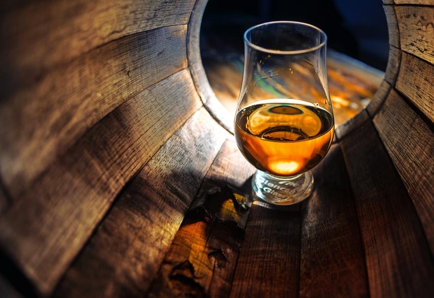 Genießen Sie eine Whisky-Kostprobe in einer Destillerie bei Pitlochry.
