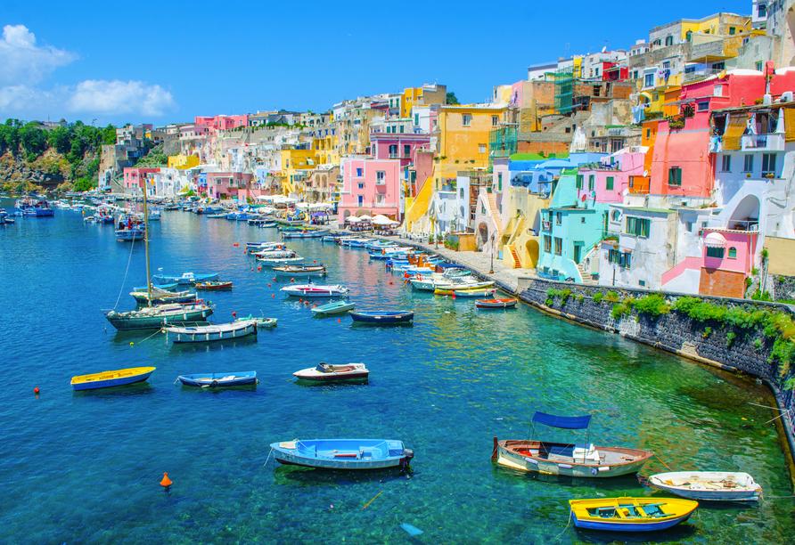 Die Nachbarinsel Procida weiß mit einem farbenfrohen Hafen zu begeistern.