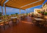 Genießen Sie die herrliche Auszeit von der Terrasse des Hotel Terme Saint Raphael.