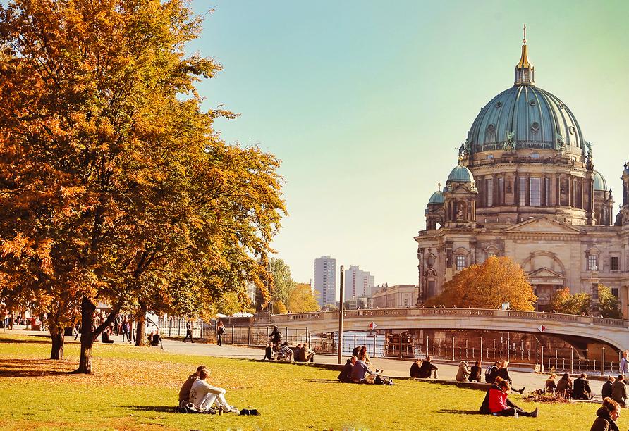 Berliner Dom im Herbst.