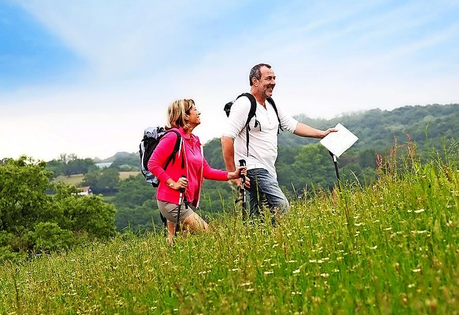 Wandern Sie durch die schöne Hügellandschaft des Bayerischen Waldes.