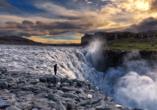 Auch den mächtigen Dettifoss Wasserfall, Europas größten und wasserreichsten Wasserfall, sehen Sie.