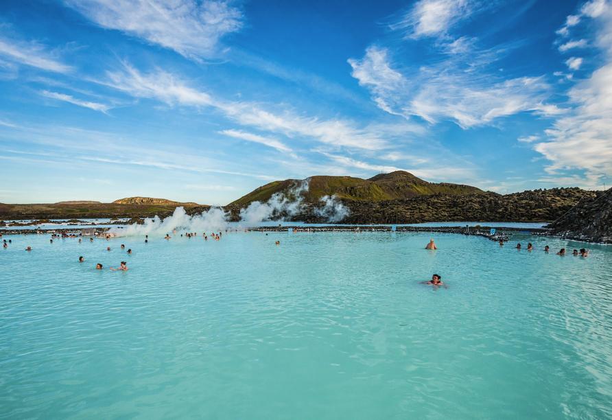 Freuen Sie sich bei einem Besuch der Blauen Lagune auf die wohltuende Wirkung des Thermalwassers.