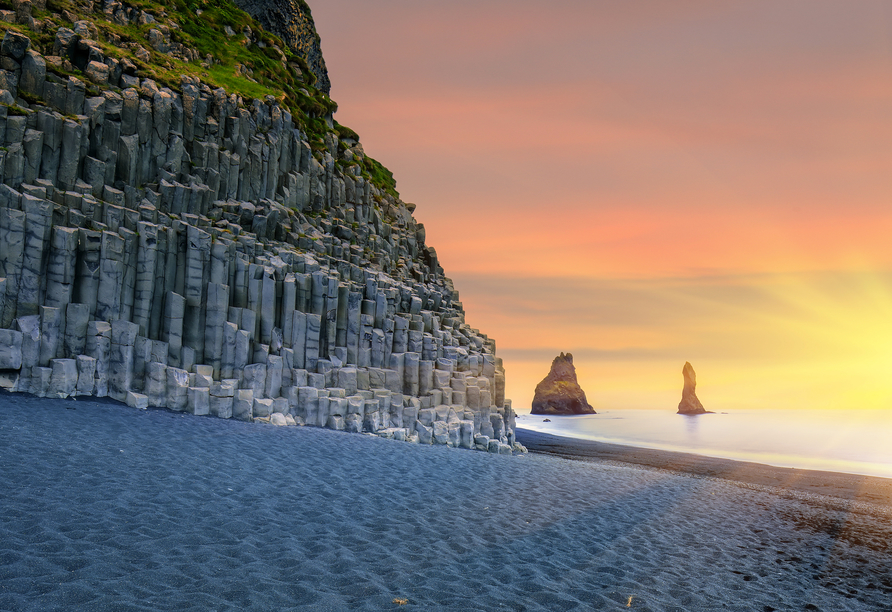 Um den schwarzen Strand Reynisfjara rankt sich eine Legende.