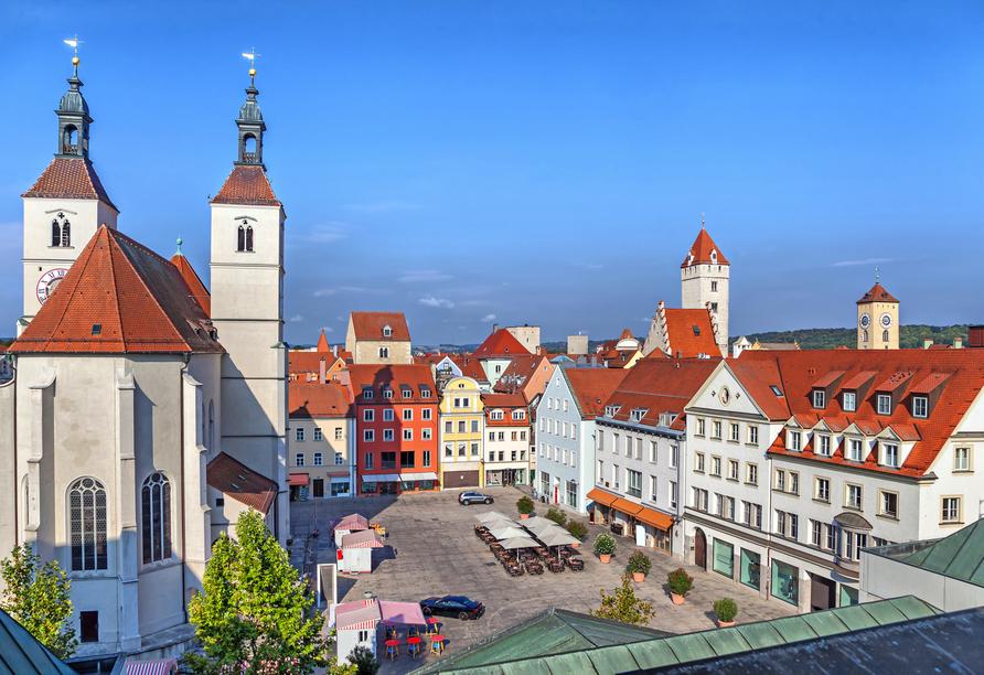 In Regensburg gibt es zahlreiche schöne Plätze wie den Neupfarrplatz mit der Neupfarrkirche.
