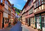 Miltenberg bietet eine schöne Altstadt mit malerischen Gassen und Fachwerkhäusern.