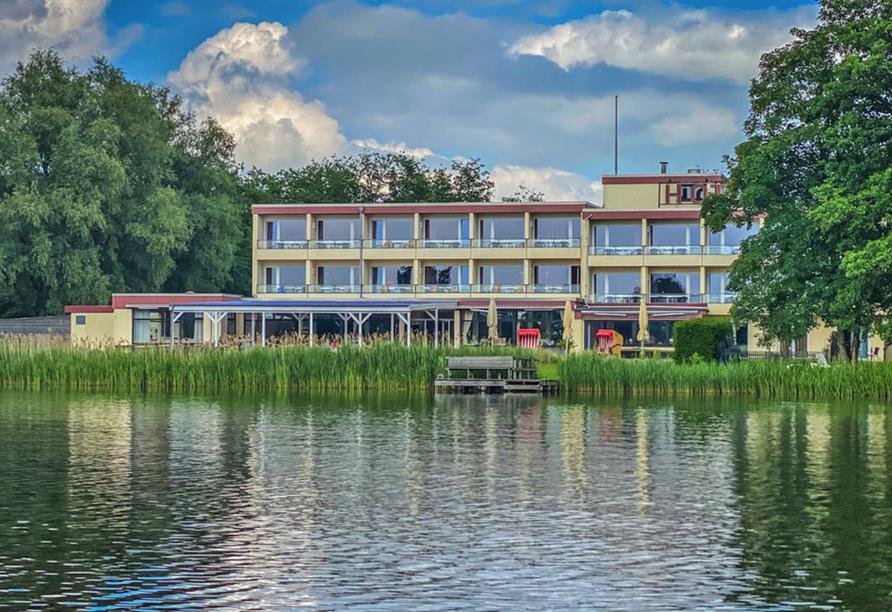 Direkt am See gelegen begrüßt Sie Ihr Urlaubshotel.