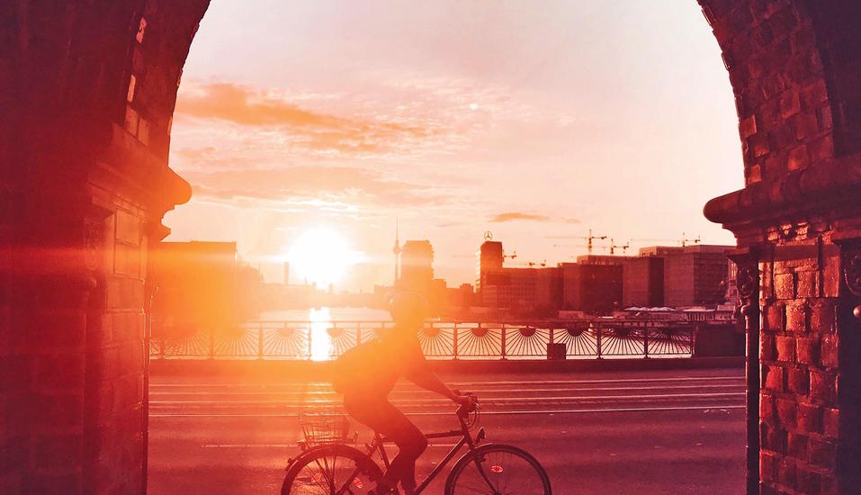 Silhouette von Radfahrer im Sonenuntergang.