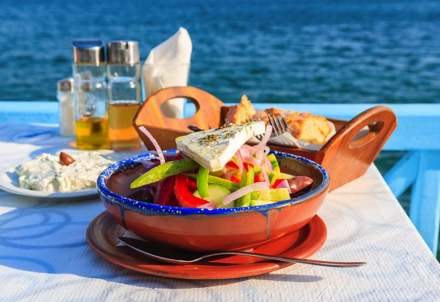 Tauchen Sie in einem der gemütlichen Restaurants und Taveren in die griechische Küche ein.