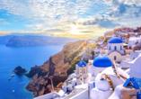 An der Nordspitze Santorins schmiegt sich der schöne Ort Oia an das Ägäische Meer.