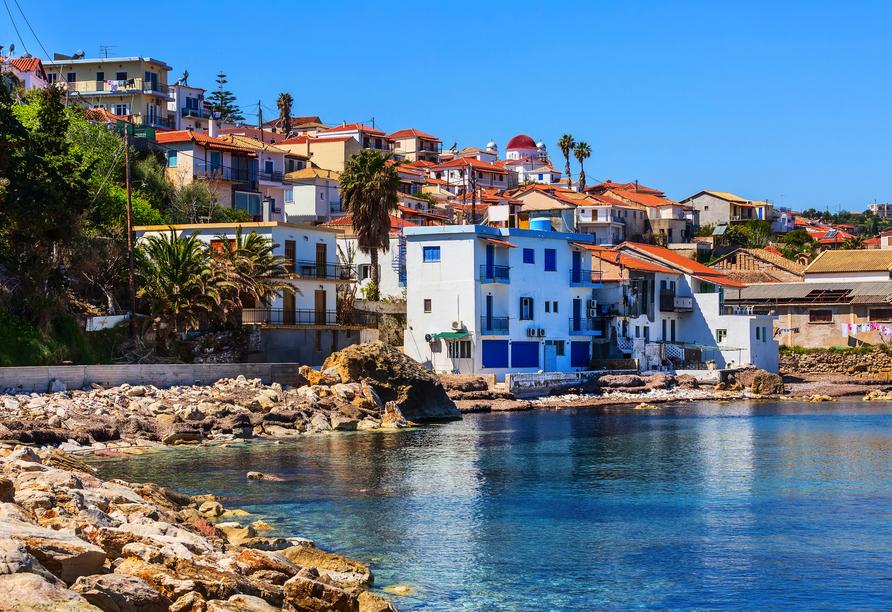 Entdecken Sie den Fischerort Koroni mit einem wunderschönen Hafen.