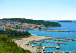 Auch die urige Hafenstadt Pylos bietet sich für einen Ausflug an.