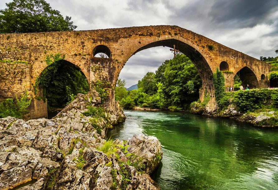 Am mittleren Brückenbogen der Puente de Romano in Cangas de Onis hängt ein Kreuz.