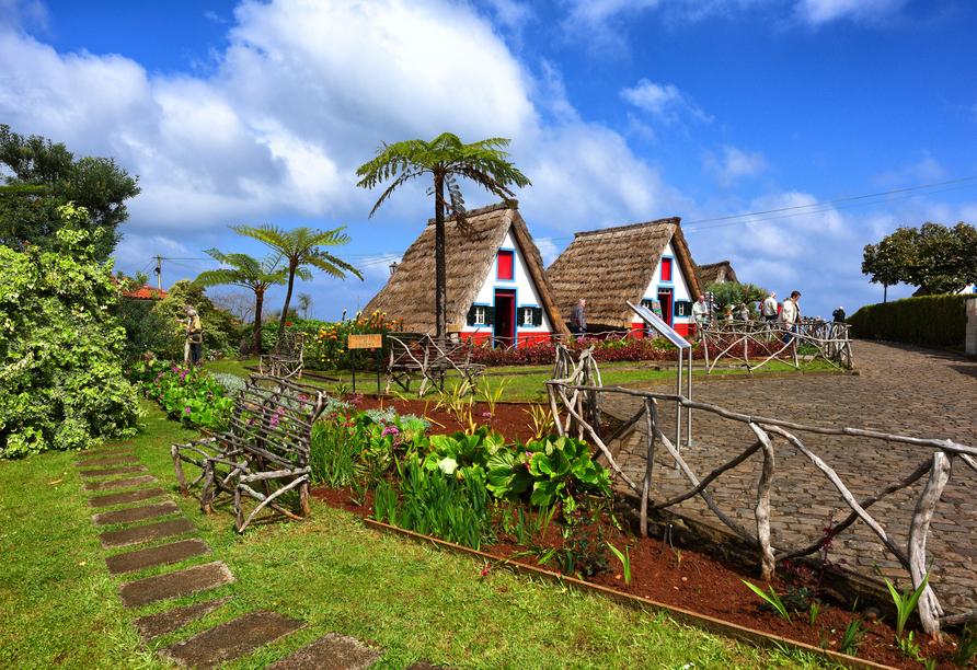 Ein Ausflug nach Santana lohnt sich – hier sehen Sie die typischen mit Stroh bedeckten Häusschen.