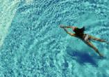 Frau schwimmt im Pool.