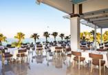 Die Restaurant-Terrasse bietet einen tollen Blick auf das Meer.