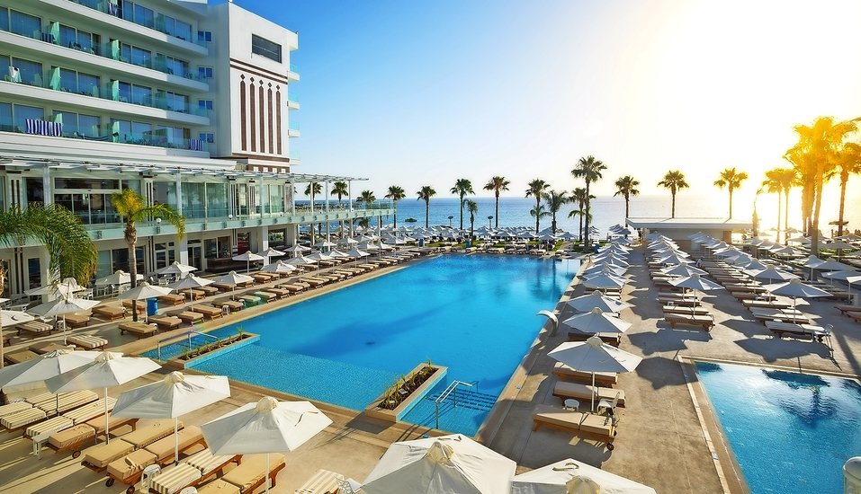 Herzlich willkommen im Constantinos the Great Beach Hotel!