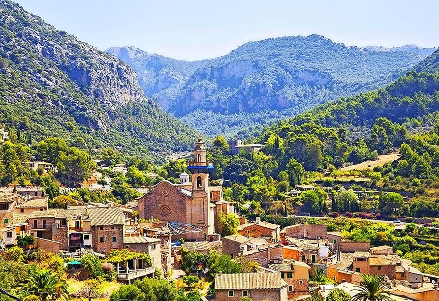 Valldemossa liegt terrassenförmig auf einem Hügel im Tramuntanagebirge.