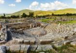 Das Theater ist nur ein Teil der weitläufigen Ausgrabungsstätte am Fuße des Berges Ithomi.