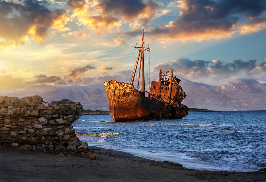 Schiffswrack an der Küste vor Gythio am Lakonischen Golf.