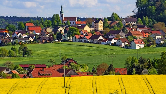 Umgeben von einer wunderschönen Naturlandschaft begrüßt Sie der Urlaubsort Neukirchen.