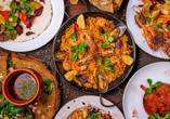 Die typischen Tapas und Paella der spanischen Küche sollten Sie sich nicht entgehen lassen.