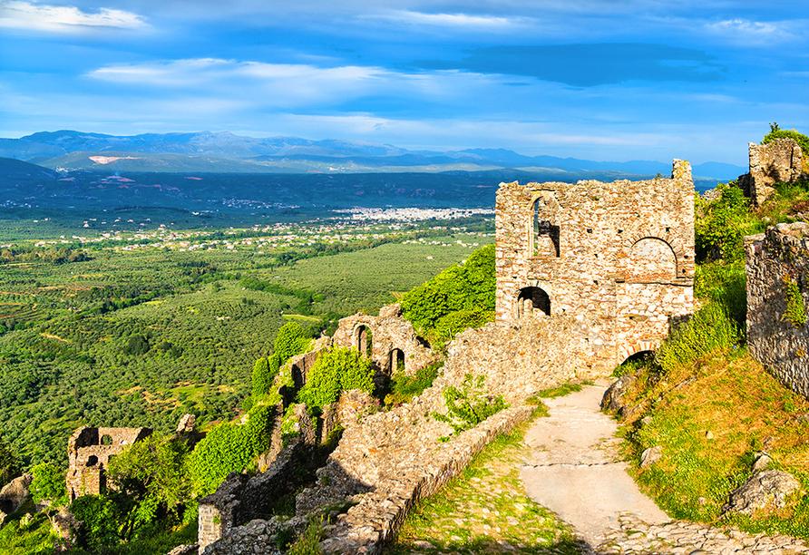 Die Ruinenstadt Mystras mit Blick auf das imposante Taygetos-Gebirge.
