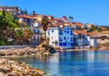 In einer schönen Bucht an der Ostküste der messenischen Halbinsel liegt die zauberhafte Kleinstat Koroni.