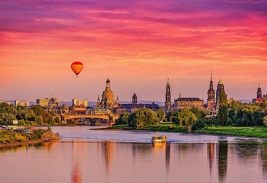 Sonnenuntergang über Dresden mit Heißluftballon.