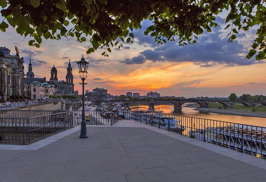 Romantische Abendstimmung an der Elbe in Dresden.