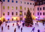 Im Winter verwandelt sich der prachtvolle Innenhof des Hotels Taschenbergpalais Kempinski in eine funkelnden Eisbahn.