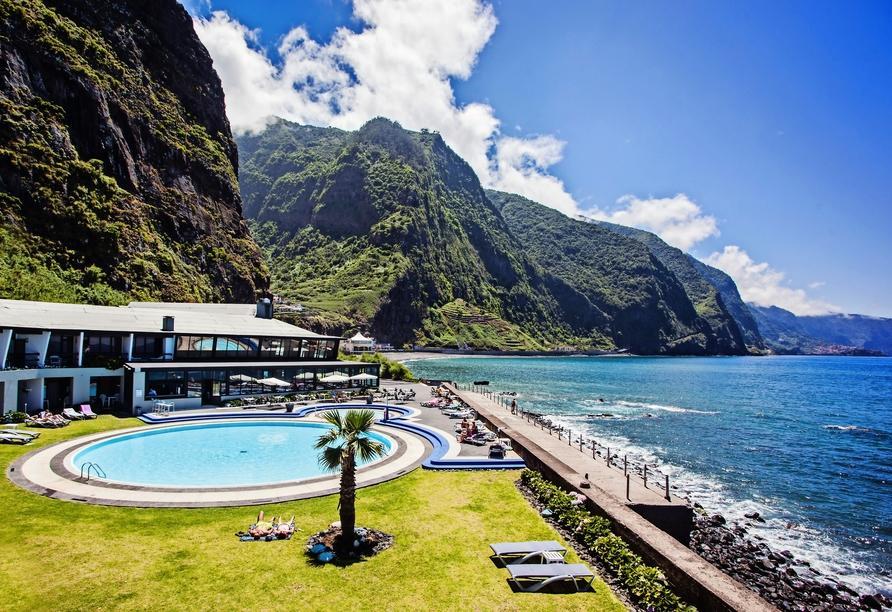Der Außenbereich des Hotels Estalagem do Mar lädt zum Verweilen ein.