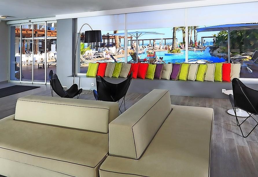 Die Lounge im Hotel Estival Centurión Playa lädt zum Verweilen ein.