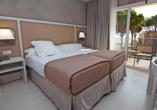 Beispiel eines Doppelzimmers Poolblick im Hotel Estival Centurión Playa in Cambrils