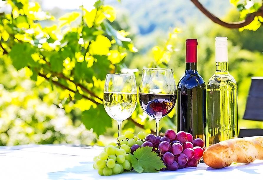 Lassen Sie sich mit leckerem Wein aus der Region verwöhnen.