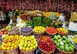Besuchen Sie einen typischen Wochenmarkt auf Madeira und kosten Sie von leckeren Früchten.