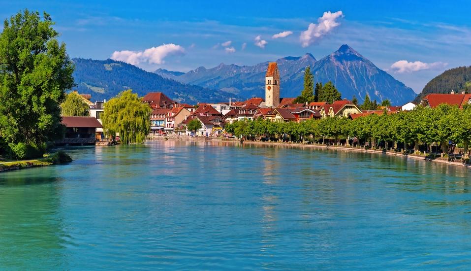 Idyllisch vor den Bergen des Berner Oberlandes gelegen, begrüßt Sie Ihr Urlaubsort Interlaken.